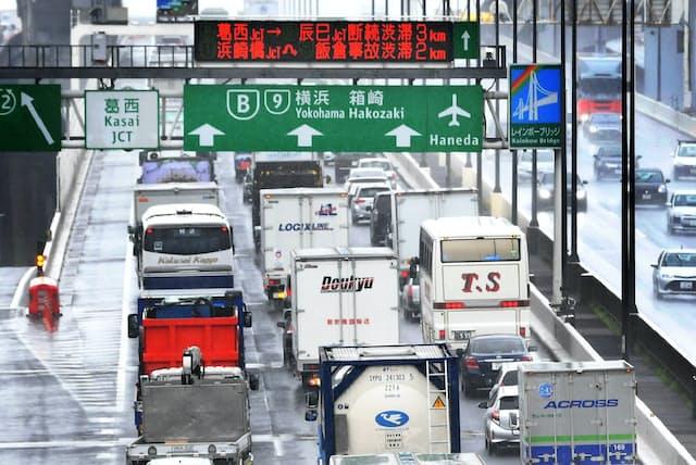 トラックなどで早朝に混雑する首都高速湾岸線(東京都江戸川区)