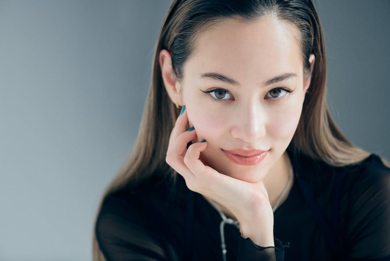 1990年生まれ、米テキサス州ダラス出身。2003年、雑誌「Seventeen」の専属モデルとしてデビュー。10年には映画『ノルウェイの森』で女優デビューし、映画、TV、CMと幅広く活躍。近作に『あのこは貴族』(21年)。Netflix作品では「クィア・アイ in Japan!」(19年)にガイド役で出演(写真:藤本和史)