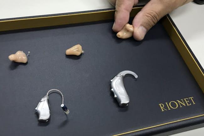 販売店では様々な補聴器から自分にあったものを選び、調整する