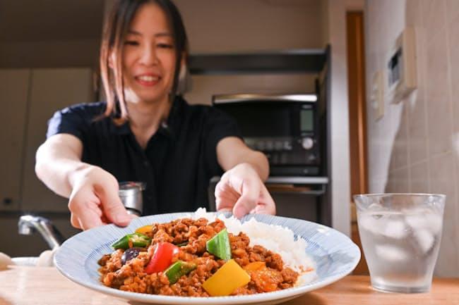 電子レンジで作る「夏野菜のキーマカレー」(大阪市西区)=大岡 敦撮影