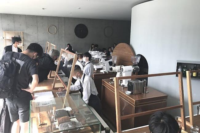 「OGAWA COFFEE LABORATORY」(東京・世田谷)の店内。レジカウンターで注文する時に、バリスタが客の好みなどを丁寧に聞き取りする。背後にあるのはコーヒー豆を貯蔵している「蔵」