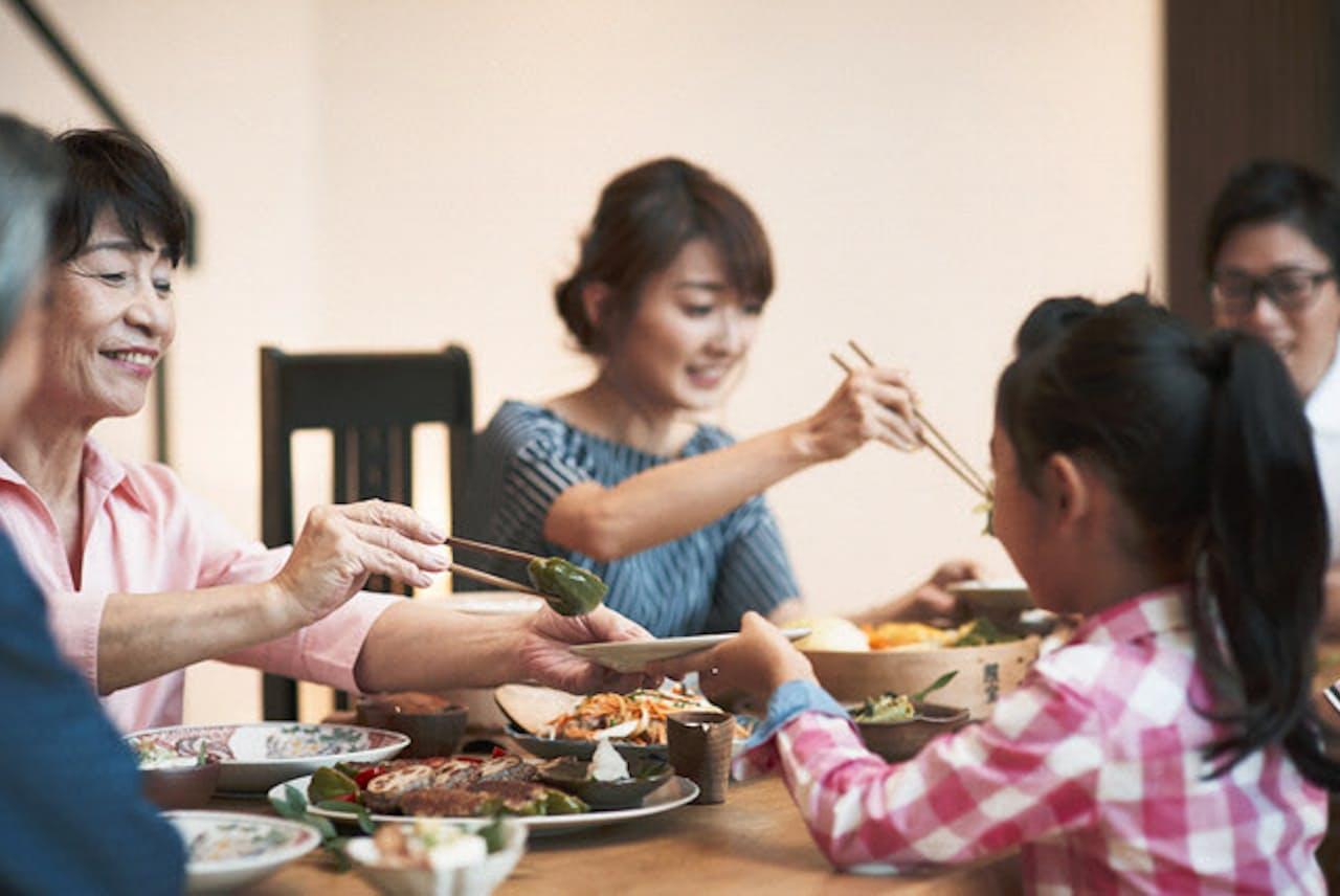 家族で食事をする機会が増えている(写真はイメージ=PIXTA)