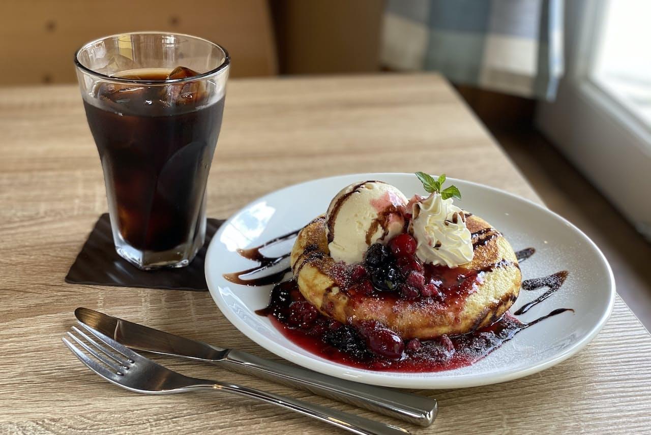 スマートフォンで撮ったパンケーキ(東京都杉並区のムッチーズカフェ)=鈴木 愛子撮影