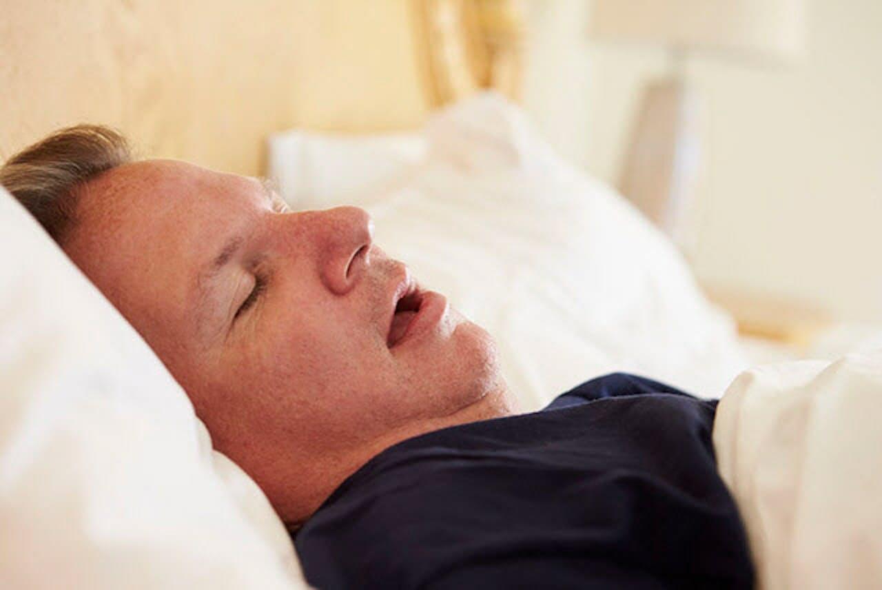 寝ている間に気道が狭くなることで、いびきや無呼吸・低呼吸が起こります。(写真=123RF)